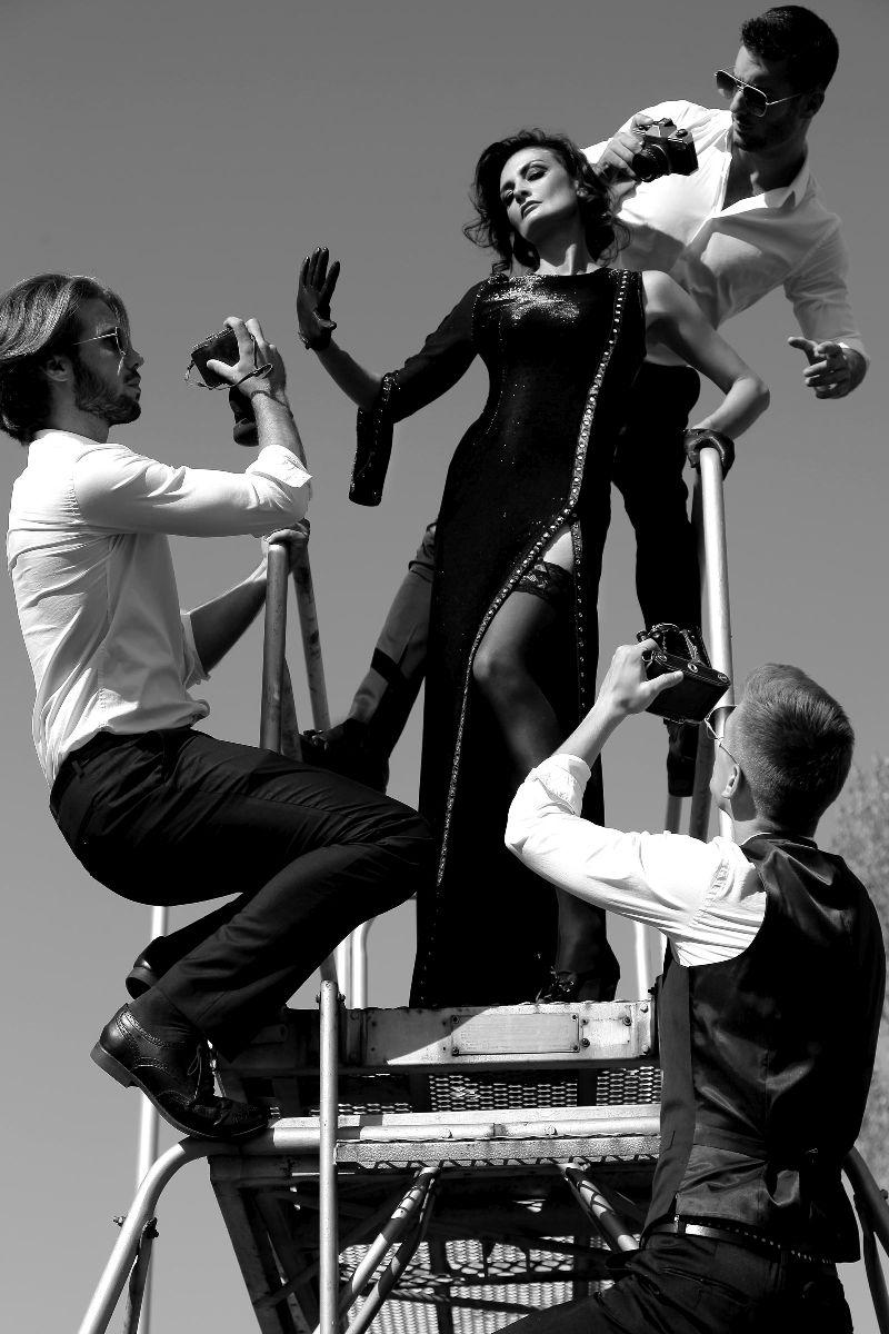 """Najnovija kampanja Hippy Gardena nadahnuta je legendarnom glumicom Sophijom Loren. Njezina sekspililnost, snaga i elegancija je bezvremenska baš kao i nova kolekcija koju je osmislila inovatorica i uspješna dizajnerica Đurđica Vorkapić. Ovaj stil bezvremenskog glamura šezdesetih vraća nas nekoliko desetljeća unatrag smiono i bez okolišanja slaveći modu, njegujući ideju lijepog u sebi.   Silueta je diskretna i profinjena dok su materijali mat ili sjajni. U kolekciji prevladavaju glamurozne haljine, mantili načinjeni od luksuznih metaliziranih materijala, brušene svile i eko kože kojima neće moći odoljeti niti jedna istinska ljubiteljica dekadentne elegancije.  Svaki od ovih inovativnih komada odjeće odiše luksuzom i krojnom inovativnošću. Veliki novitet je i muška jesensko - zimska kolekcija. Editorijal je snimljenim u Zagrebačkoj zračnoj luci i hotelu Esplanade, koristeći klišej idealizirane slike na fotografijama. Cijela kolekcija moći će se vidjeti početkom listopada na zagrebačkom Gornjem gradu.  Fotografije potpisuje uspješni modni fotograf sa pariškom adresom Šime Eškinja, za make up je zaslužna jedna od najpoznatijih domaćih make up artistica Sanja Agić, a frizure poznati zagrebački frizerski salon """"Evelin"""". U kampanji su sudjelovali modeli Ida Marković, Josip Kotlar, Patrik Cvetko i Ivan Genda."""