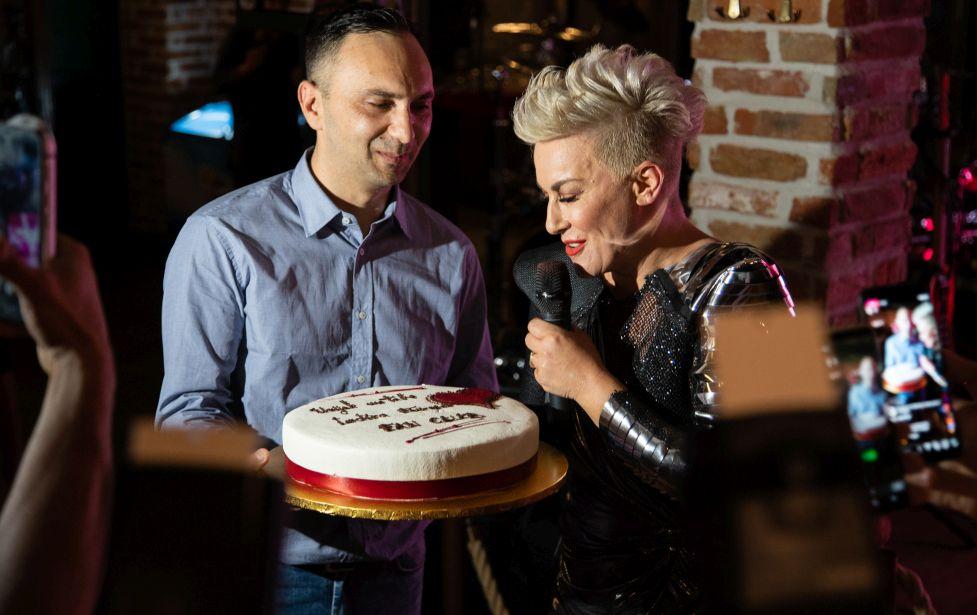 Fan club Indira Forza poklonio je Indiri tortu za rođendan uz poruku- Uvijek uz tebe