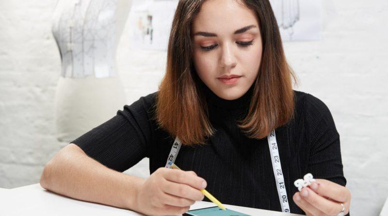 Kameru i inovativnu S Pen olovku dizajnerica je koristila za bilješke i nadahnuće za svoj digitalni sketchbook. Uz bateriju koja traje čitav dan i gotovo beskonačnu memoriju, dizajnerica je mogla raditi na svojim digitalnim skicama gdje i kada god je dobila inspiraciju. Oblik odjeće, uzorak tkanina i pričvršćivača nacrtani su s pomoću S Pen olovke na velikom 6,4-inčnom zaslonu Note9, najvećem zaslonu koji se ikad pojavio na Note seriji. Složeni pribori za pričvršćivanje odjeće obnovljeni su u aplikaciji OnShape za izradu digitalnih dizajna pogodnih za 3D printanje.